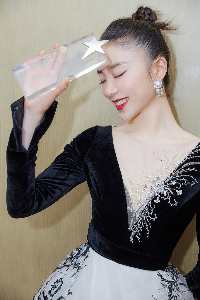 原创             张月深V长裙出席活动,高挽发髻天鹅颈迷人,古典元素清雅大方