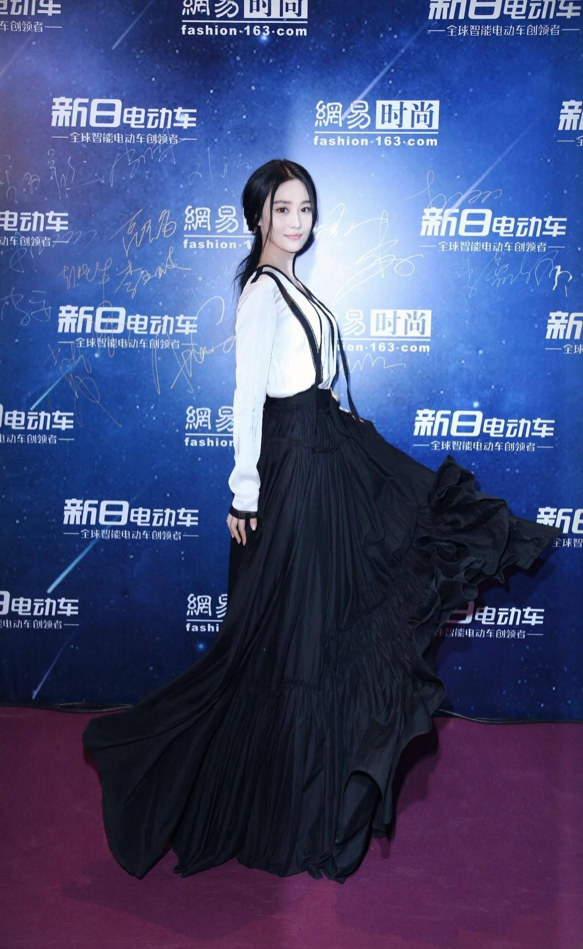张馨予意外撞衫章子怡,同款黑白裙走红毯,好气质抵不过强气场