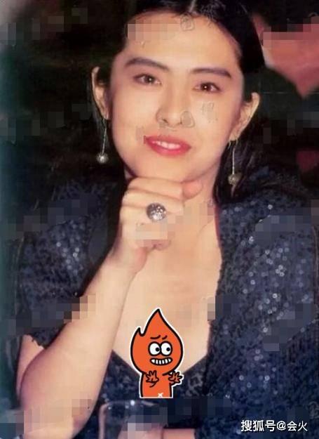 54岁王祖贤性感旧照罕曝光,穿吊带裙秀事业线,披肩垮掉露锁骨