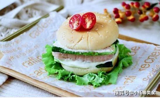 原来一根黄瓜和一块午餐肉,做成一个小汉堡,味道并不比餐馆的差