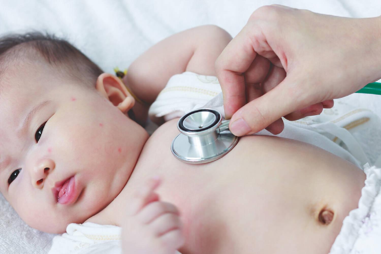 这样陪两个月婴儿玩耍,不仅促进大脑和身体发育,还拉近亲子关系