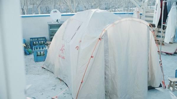 京东贺岁大片《顶牛》上线,陈佩斯儿子离家出走竟在自家楼顶支帐篷