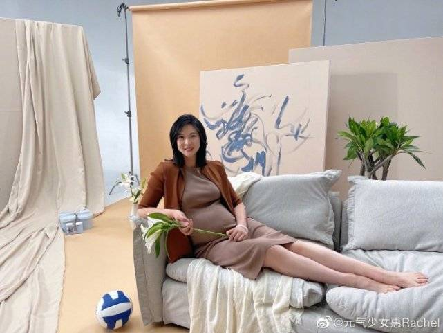 惠若琪晒孕期照,肚大如箩靠在沙发上显笨重,细节被疑已入院生产