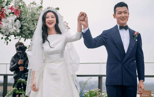 朱珠和老公一起看展做胎教,被王昀佳甜蜜搂怀中,孕晚期状态超赞