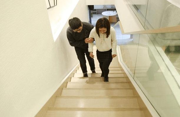 """准妈妈""""爬楼梯""""有好处?不注意正确方法,小心动力变""""伤害"""""""