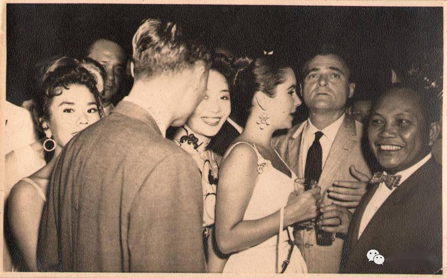 美国小哥翻出外婆生前私藏相册,发现她竟是中国超红歌星?!