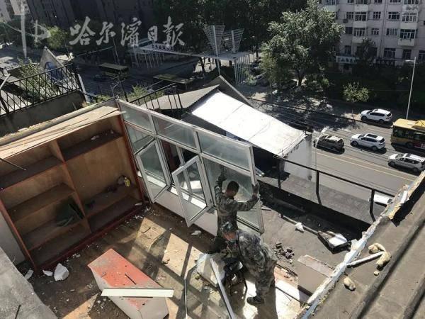 """楼体能""""长个""""?泰达小区楼顶平台4处违建被拆除"""