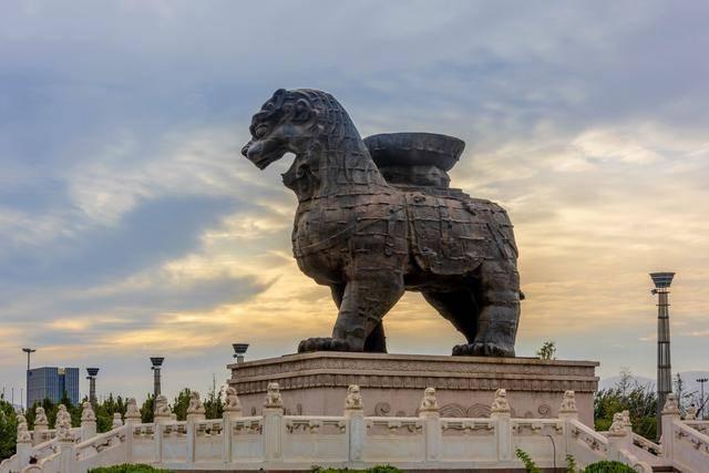 沧州铁狮子镇海吼重32吨,屹立千年不倒,为何倒在了专家的保护上