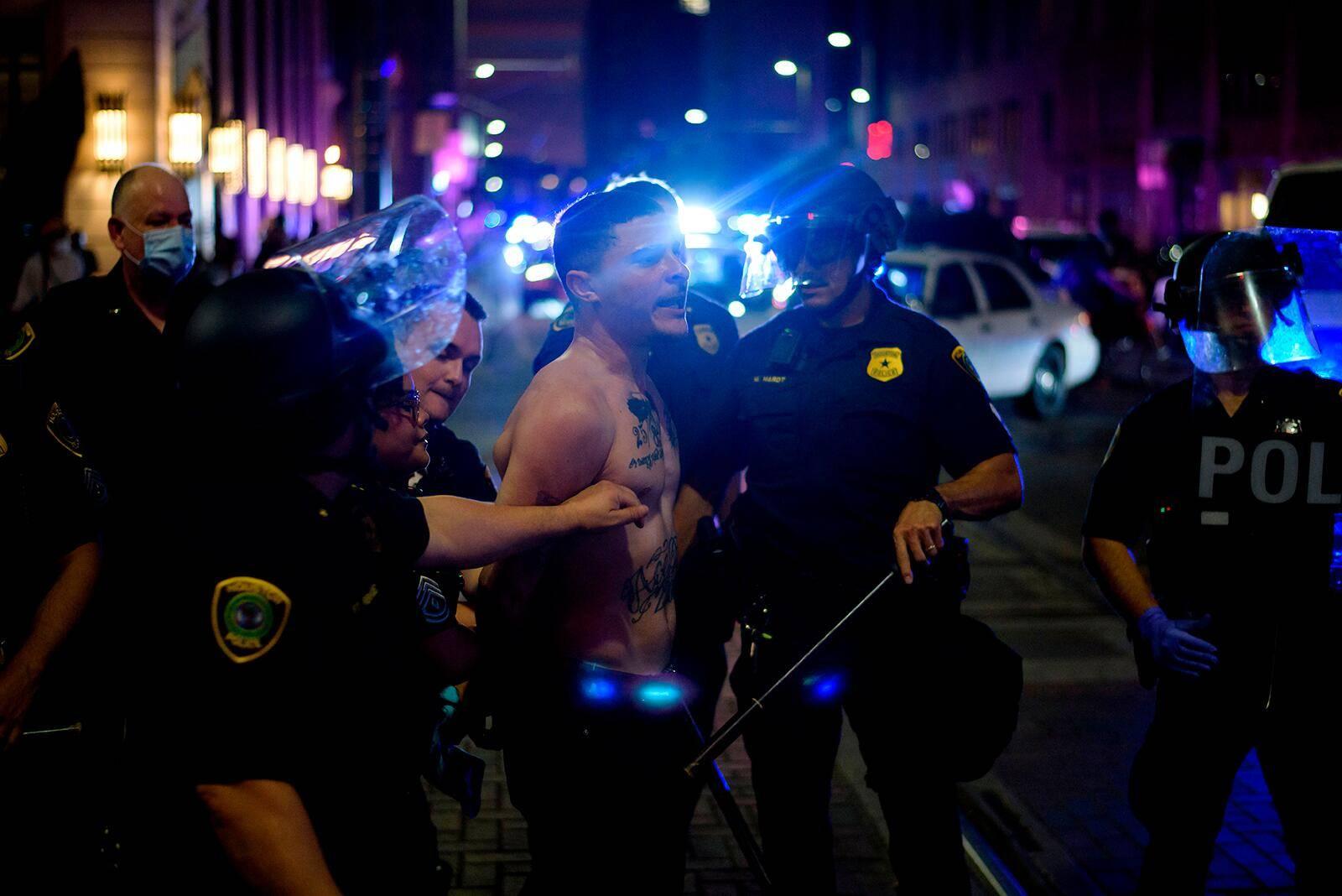 4名警员受伤、8辆警车遭损坏,美国休斯顿警方逮捕近200人-WordPress极简博客