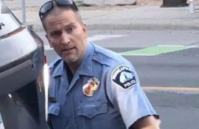 美国白人警察打死黑人事件升级 警察老婆被扒