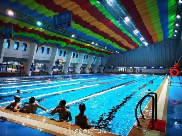 武汉一家游泳馆正式恢复开放,采取预约、限流方式入馆