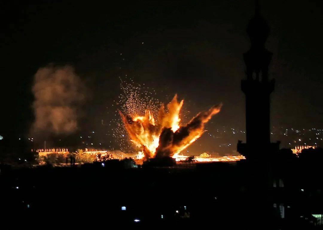 大量导弹射向叙利亚境内,以色列偷袭得手,多个军事基地燃起大火
