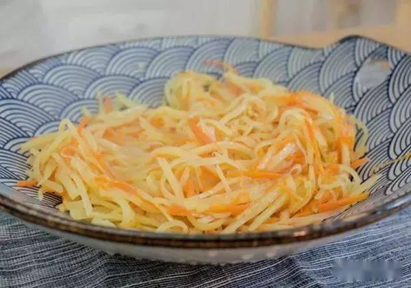 土豆丝和胡萝卜丝上打个鸡蛋一起煎,做出的小吃孩子最爱吃 增肌食谱 第4张