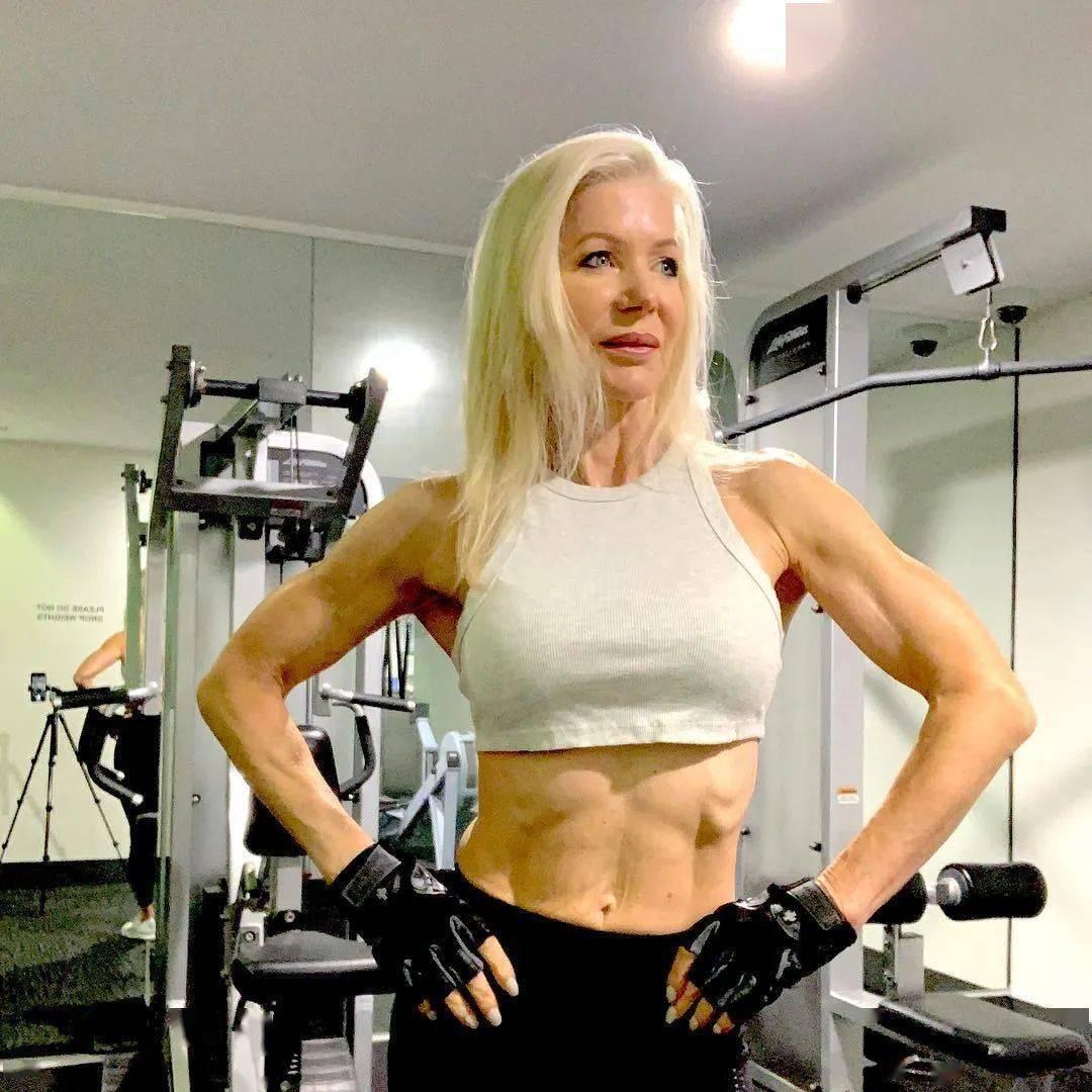 她48岁开始健身,64岁时身材如20岁少女,撸铁16年! 中级健身 第15张
