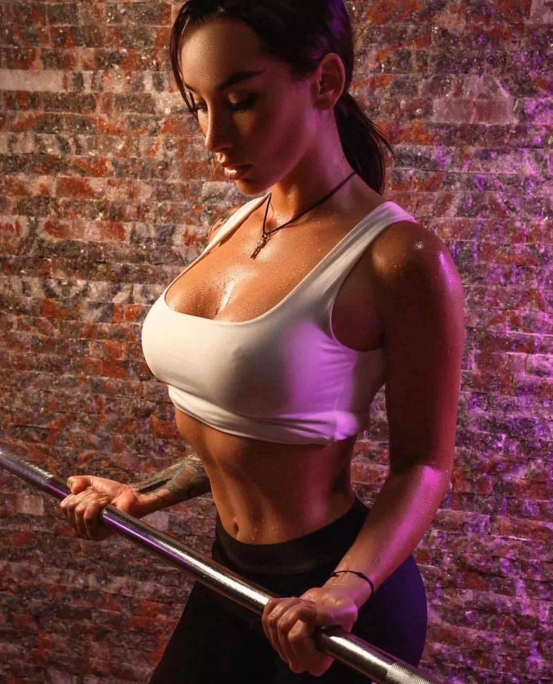 当纹身遇上惹火健身女神,这华丽的性感足以令人窒息。