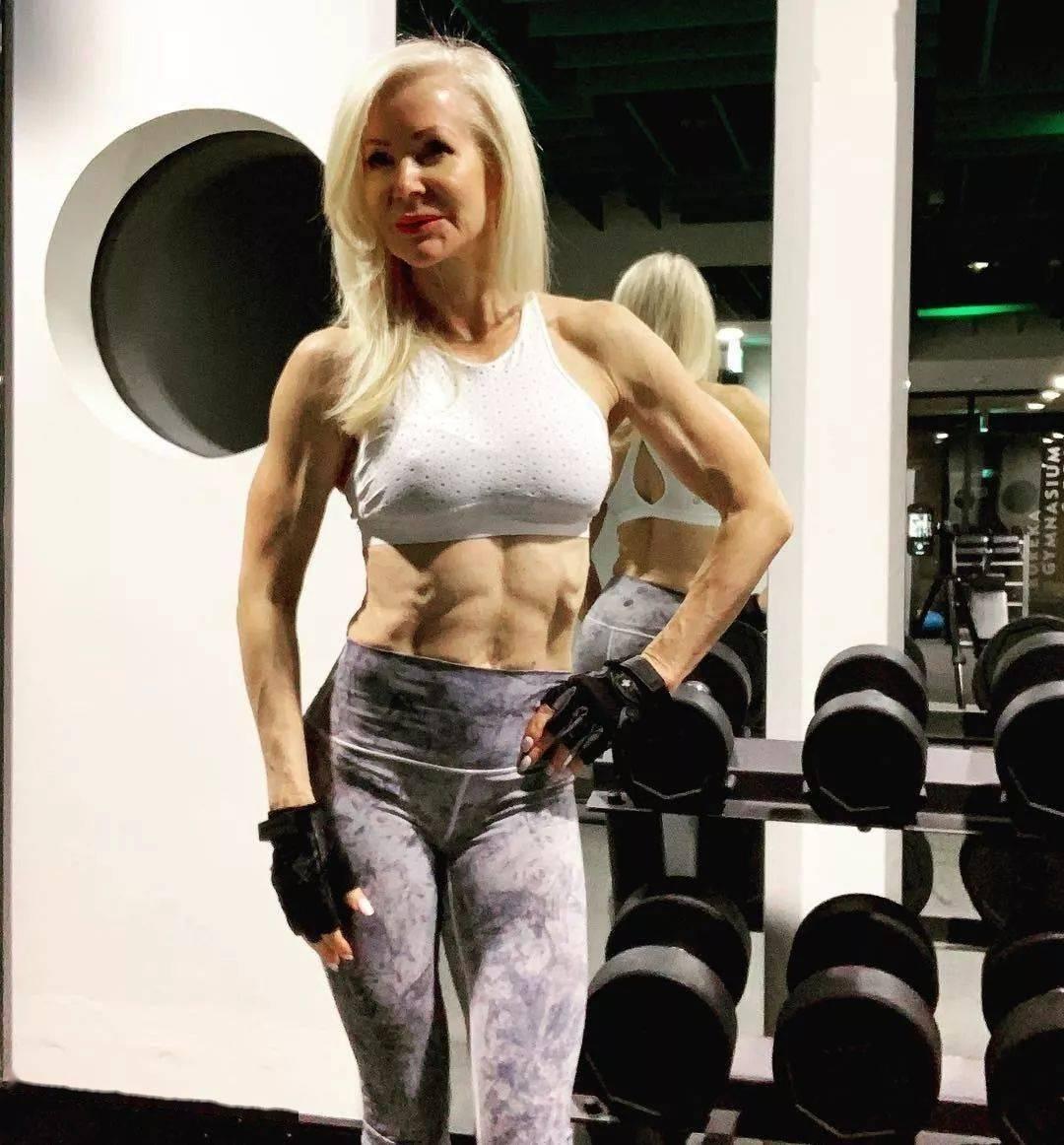 她48岁开始健身,64岁时身材如20岁少女,撸铁16年! 中级健身 第5张