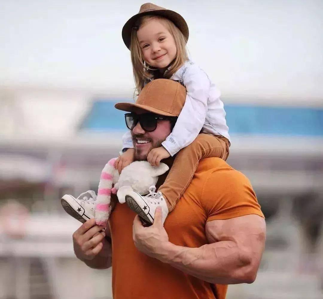 55cm臂围的肌肉硬汉,看了他的奶爸日常,我都想生娃了 初级健身 第1张