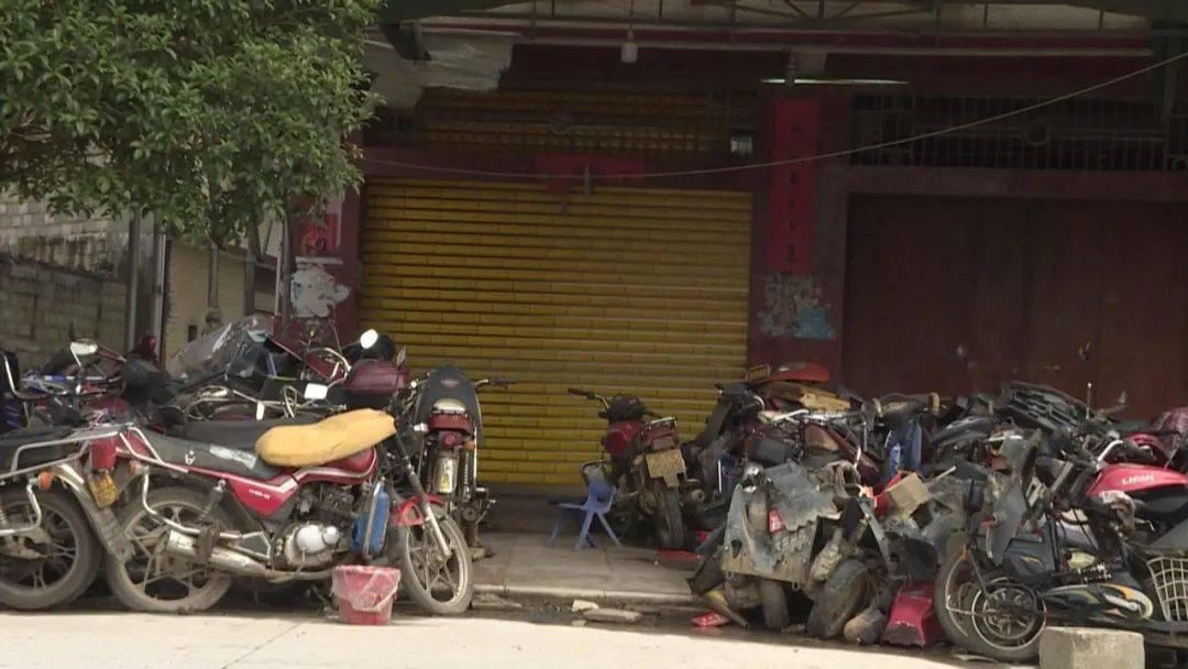 当场踩踏6个月后,该男子抢劫摩托车店,