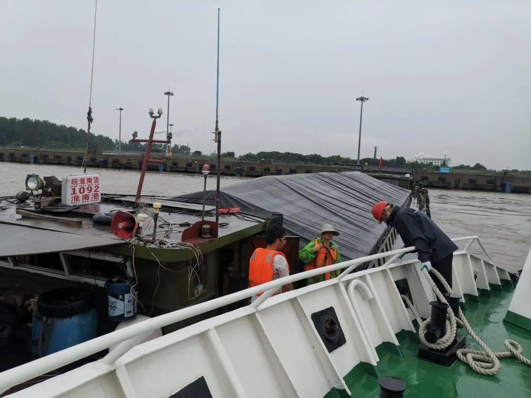 扬州海上紧急救援失控船赠送锦旗