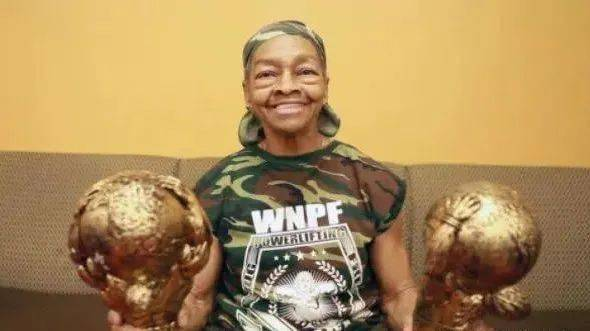 82岁健身奶奶把29岁入侵者打上救护车!看到她的肌肉我彻底服了! 动作教学 第12张