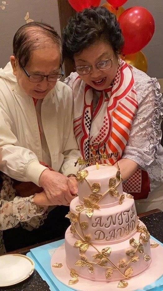 老公48岁黎姿为爸妈庆金婚 64岁老公罕见现身头发花白