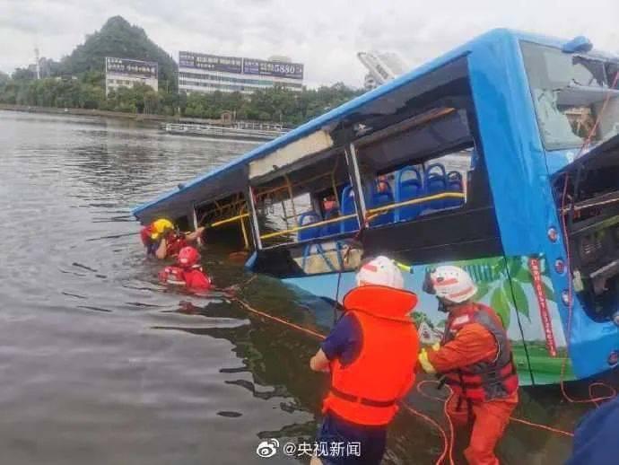 痛心!已致2人死亡,贵州公交车坠湖,车里有高考生!视频曝光