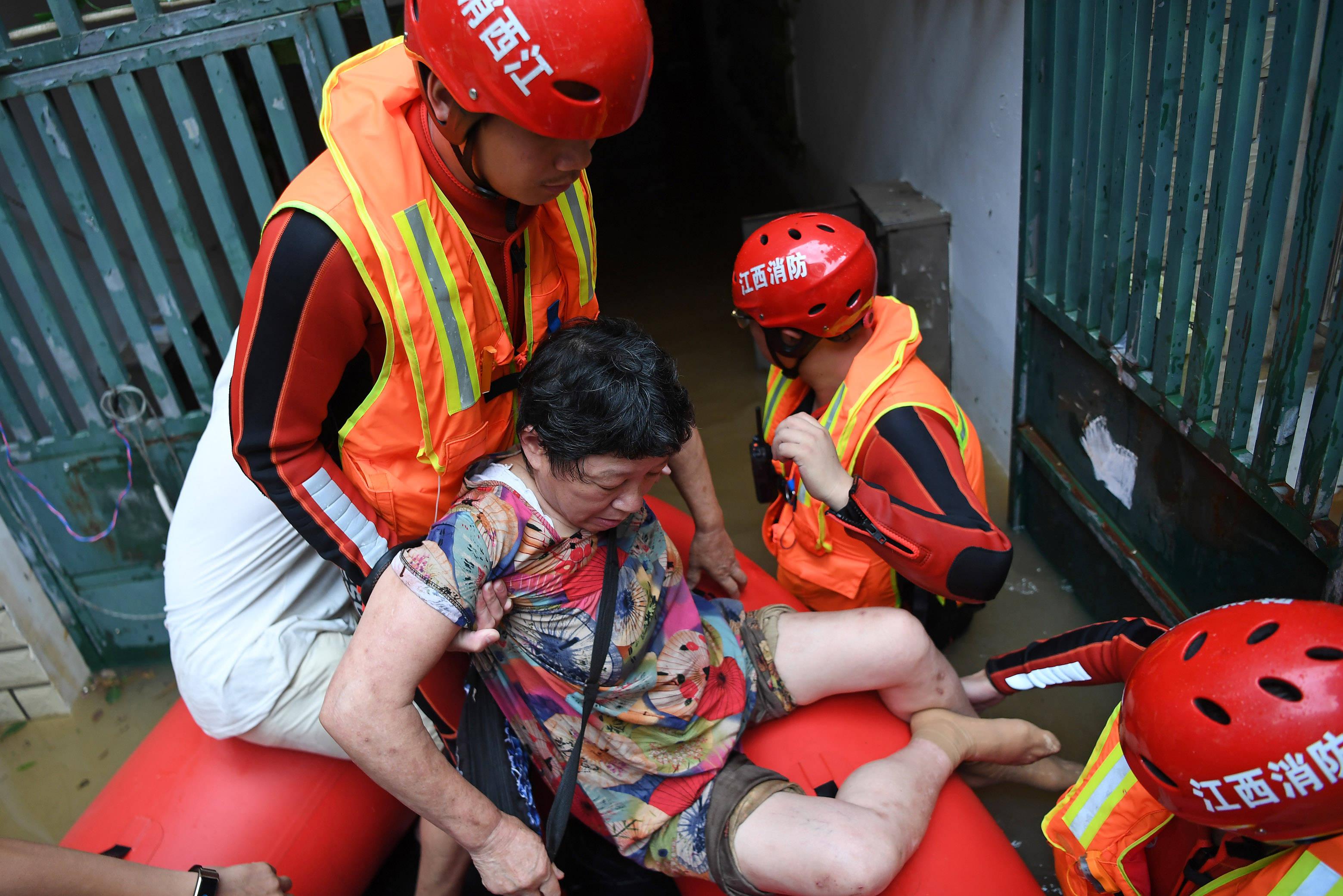 江西景德镇:安全转移受困群众