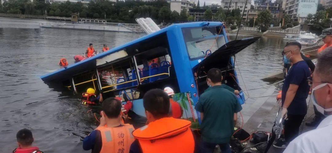 公交坠湖!遭遇车辆落水该如何自救?