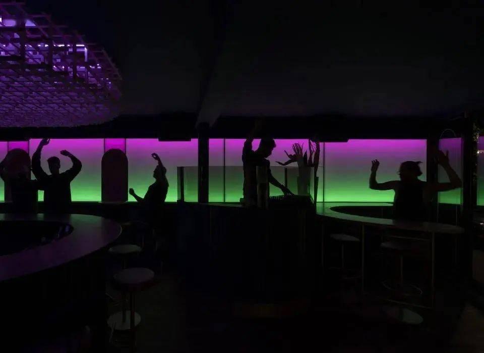 双面而迷人的Minéral酒吧照明设计