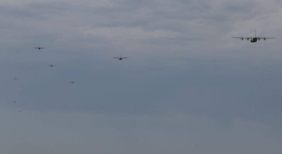 美军出动史上最大规模C-130机队 战机在跑道集结密密麻麻!