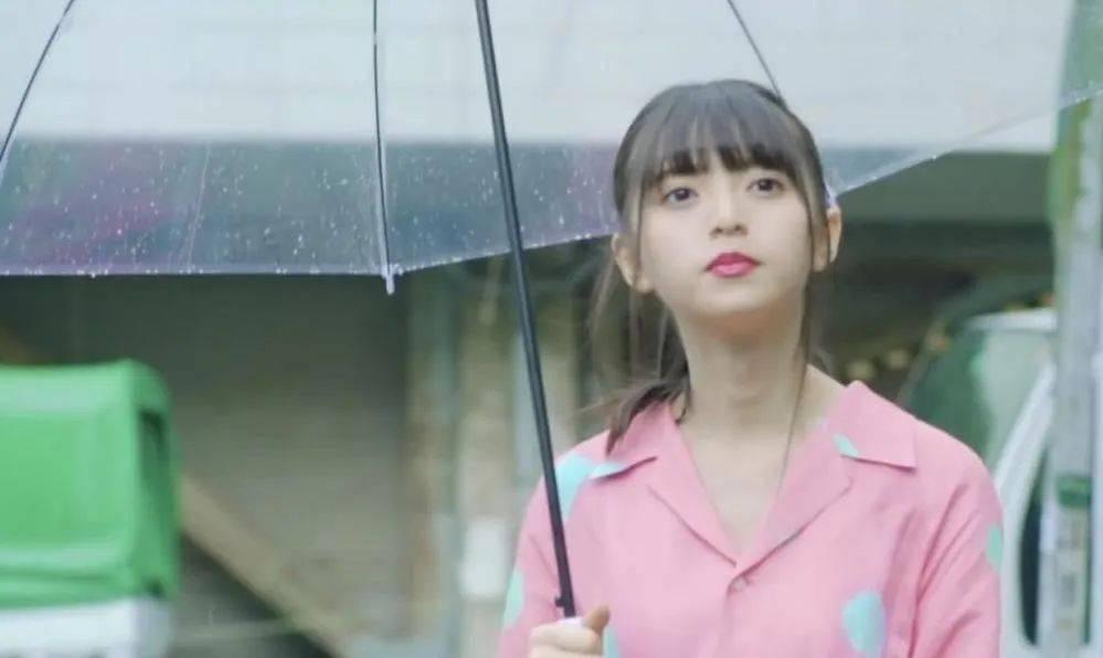 透明雨伞女孩