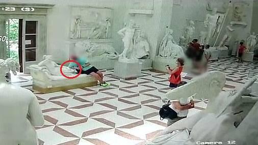 奥地利一游客意大利博物馆拍照时坐坏一座19世纪雕塑_意大利新闻_首页 - 意大利中文网