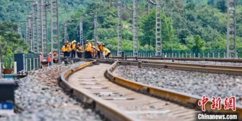 """大山深处的铁路""""攻坚战"""""""