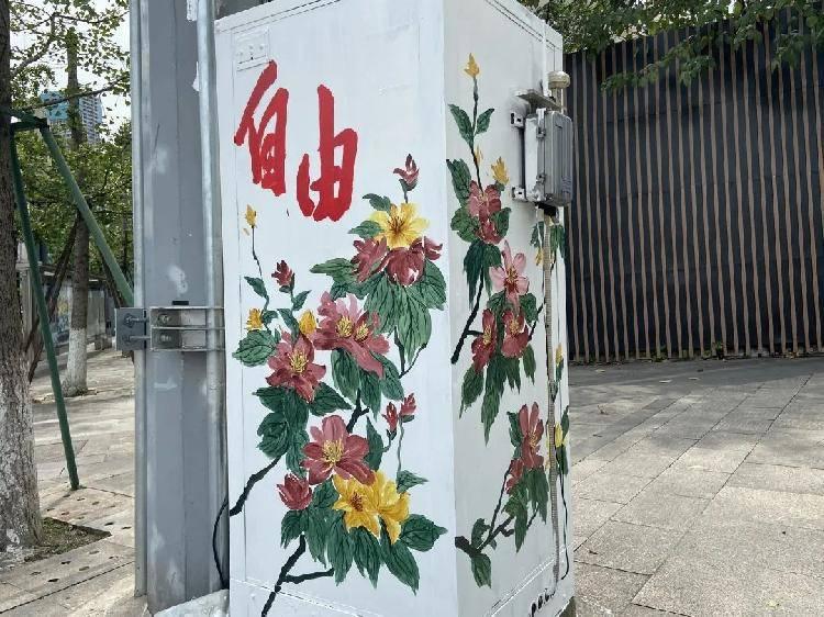 """稀奇,江北街头的花""""开""""到了变电箱上!"""