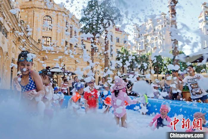 """上海高温""""持久战""""仍在继续 民众水中嬉戏避暑"""
