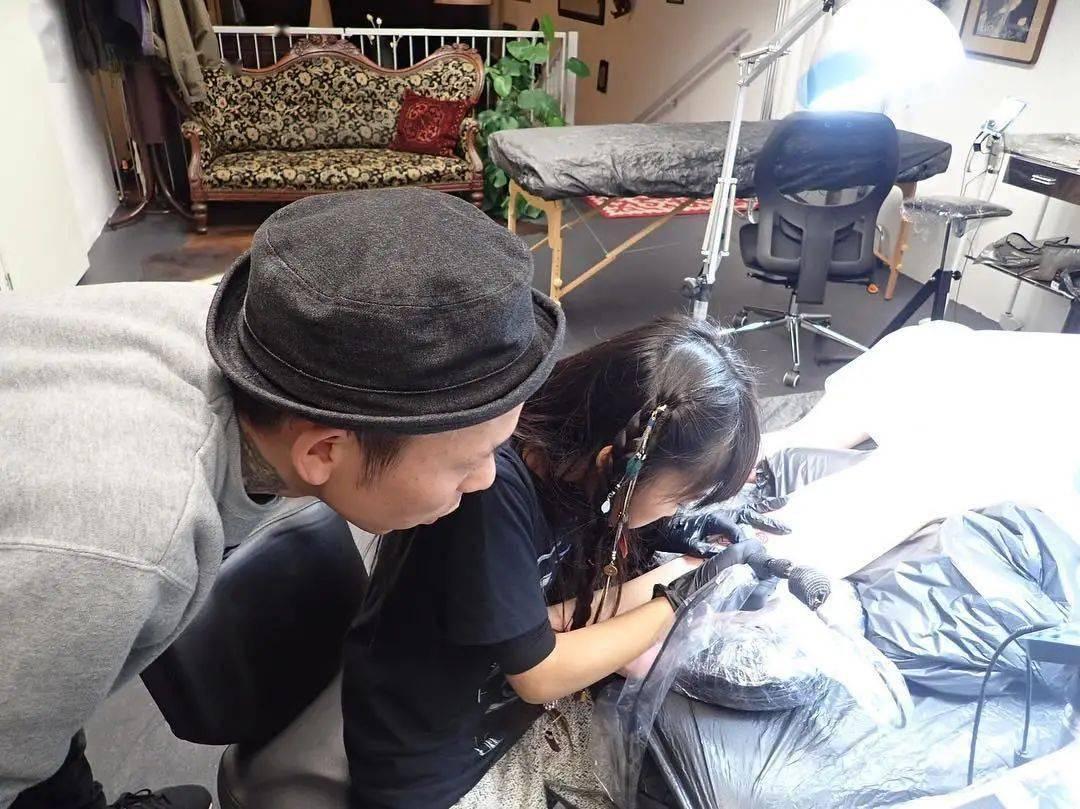 太酷了!日本女孩6岁入行,是全世界最小纹身师…看完我却只想拥有同款爸爸!插图(24)