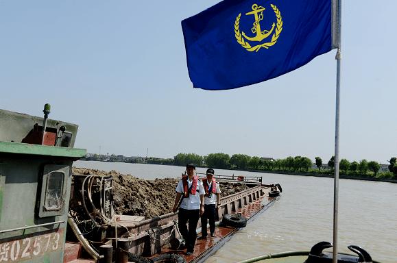 守护绿水 运泥船舶专项整治行动全面启动 首日查处