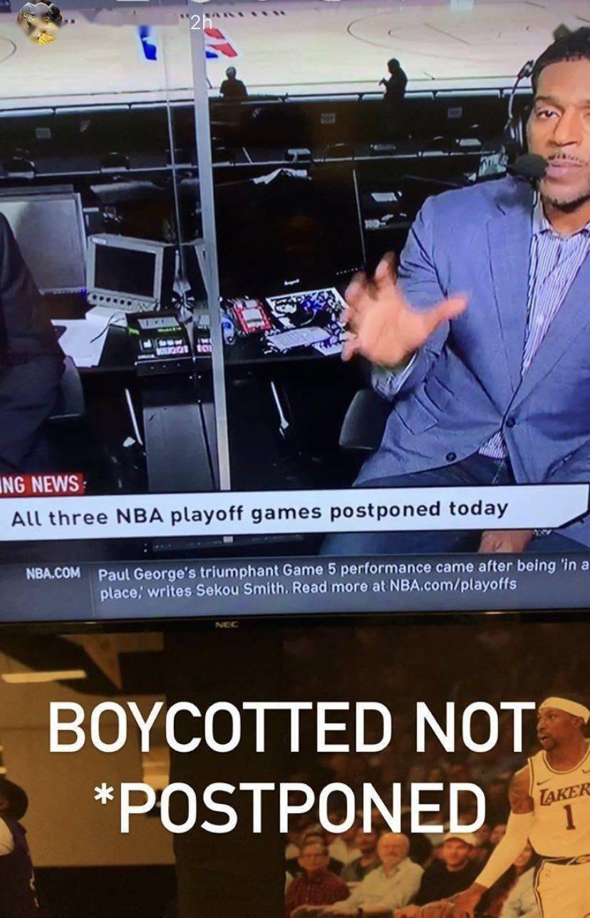 詹姆斯等球星密集发声,WNBA队员单膝跪地抗议
