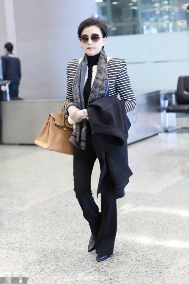 52岁杨澜美出新高度,染蓝发穿粉裙显年轻,不料暴露致命弱点