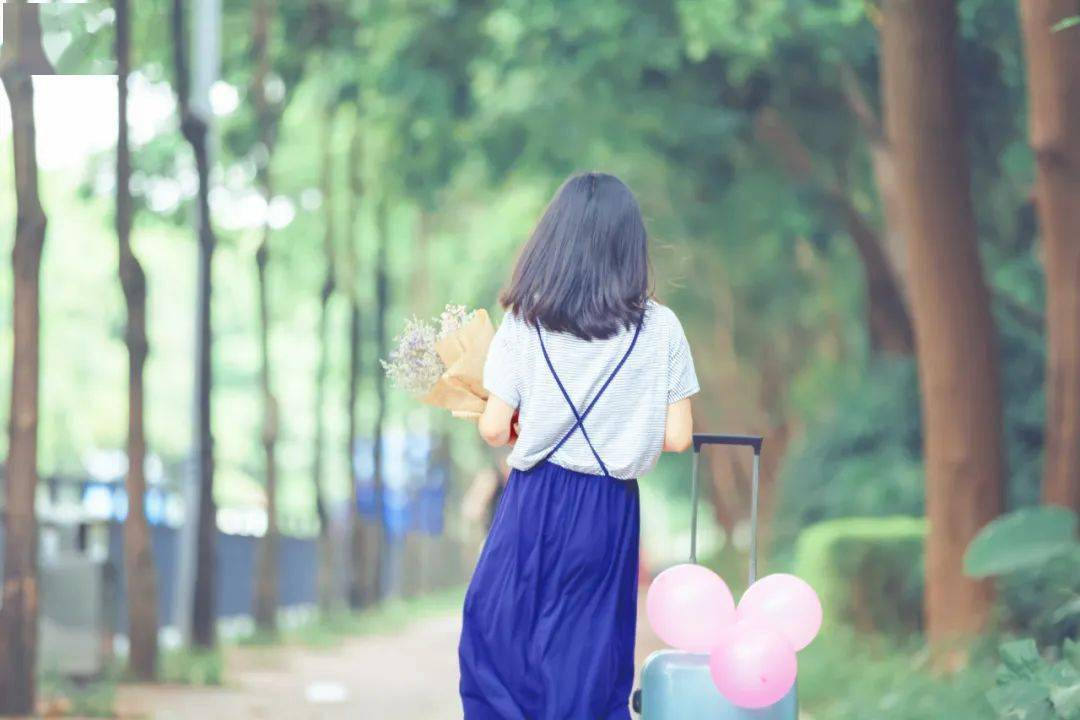 李子柒官宣当老板、70岁奶奶马甲线刷屏:不被定义的人生,到底有多爽?
