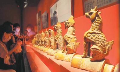 来自太和殿屋脊的琉璃小兽是此次展览的一大看点 宠冠紫禁城看裤子