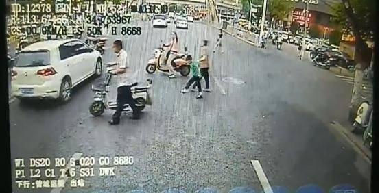 郑州公交车长屡次礼让斑马线,路人挥手道谢