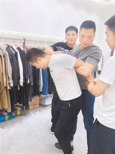 服装店里的外地男子竟是潜逃8年的命案嫌犯