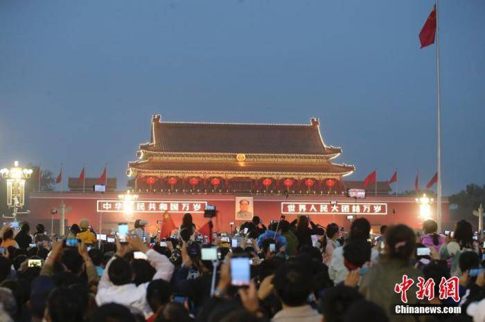 9万民众天安门广场观升旗