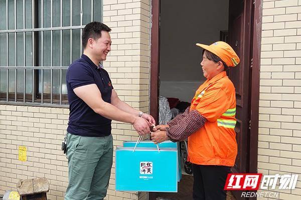 暖新闻丨长沙:双节慰问困难户志愿服务暖人心