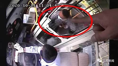 贼跳跑!公交车司机冲下车 一路追了400米……漂