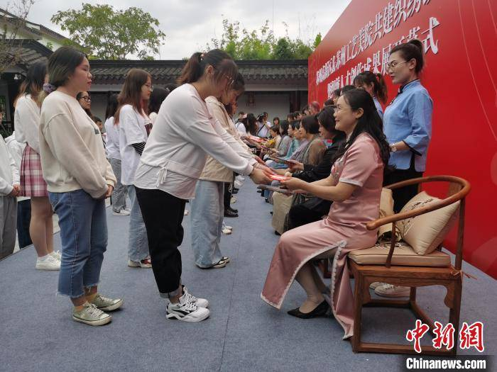 苏州学子集体拜师苏绣大师 为非遗传承注入年轻力量