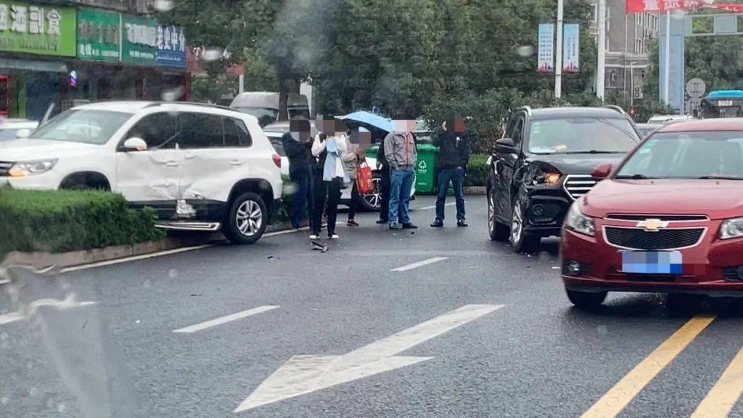 1 宜兴新城路发生一起交通事故 10月15日,宜兴新城路发生了一起车祸.