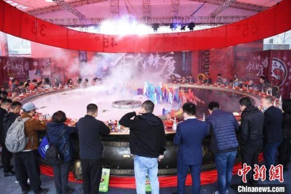 巨型火锅亮相重庆火锅节 民众一同开涮