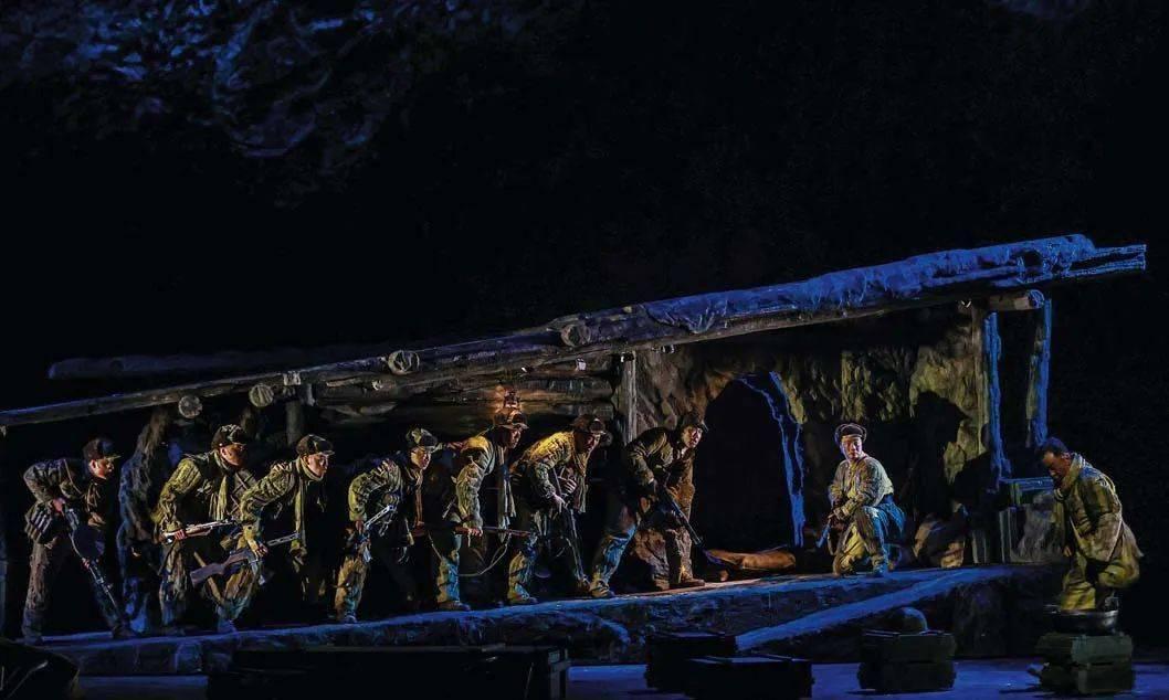 枪声、炮声、雨声……他们把枪林弹雨的上甘岭战场搬上了舞台